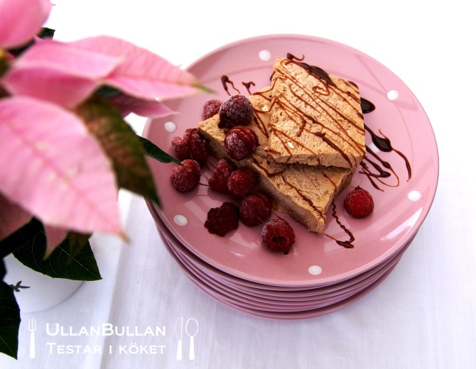 Tobleroneparfait chokladkolasås